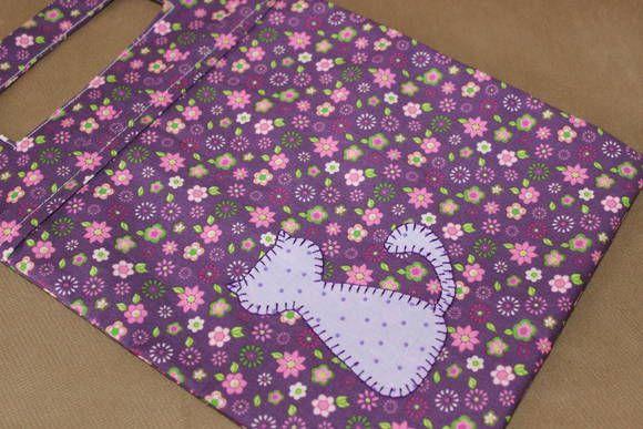 Lixeira para automóvel feita em tecido roxo floral, 100% algodão. Forrada internamente com tecido roxo floral. Aplicação de gatinho poás na parte frontal com caseado manual.