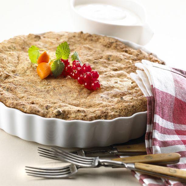 Nødder og chokolade hakkes groft, tvebakkerne knuses. Pisk æggehviderne stift. Æggeblommerne, sukker og vanillesukker piskes til det er hvidt og skummende. Nødder, chokolade, tvebakker og de piskede æggehvider vendes forsigtigt i. Bages i en smurt tærteform i 15-20 minutter ved 200 °C. Serveres afkølet med flødeskum eller creme fraiche til. Tip: Tilsæt eventuelt vanillekorn i creme fraichen.