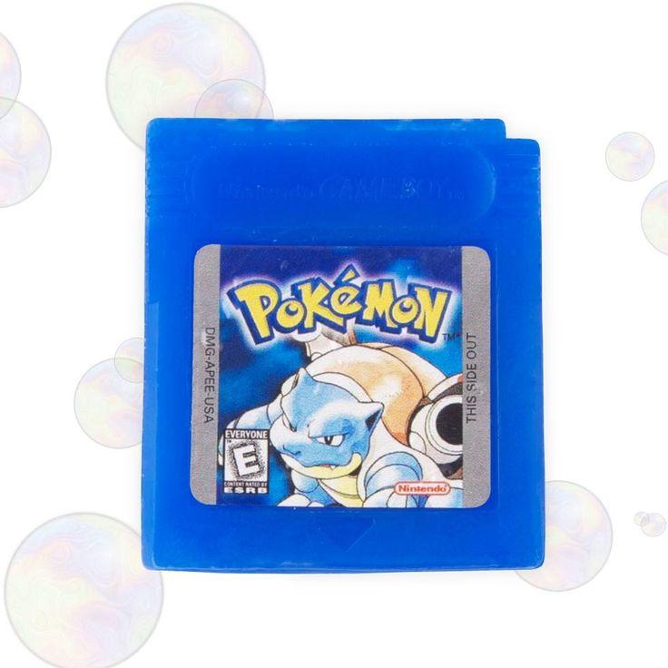 JABÓN POKEMON AZUL - Gameboy. Los jugadores siempre queremos cuidar nuestras manos y nada mejor que encontrar un cartucho de la edición Pokemon Azul para gameboy como jabón en el baño. #pokemon #videojuego #gameboy #regalos #regalosoriginales #geek #friki