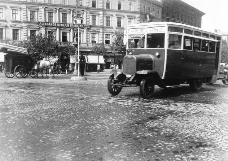 Oktogon, a busz a Városliget felől érkezik.