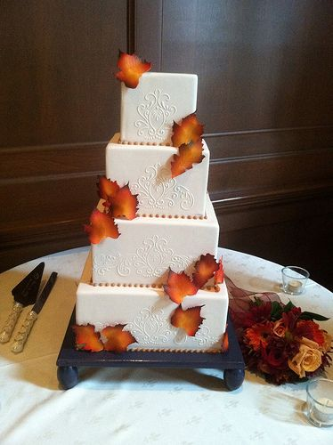 Very simple and elegant autumn wedding cake! Love the scarce distribution of leaves over the cake - not too busy, just right!