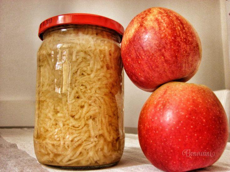 Minulý rok sa nám urodilo veľmi veľa jabĺk a už sme nevedeli čo s nimi. Odštavovali sme denne, piekli sme jablčník, robili sme mušt, odložili sme do pivnice, rozdali a furt ich neubúdalo. Takže jednou s ďalších možností ako uskladniť jablká je zavariť si ich. Tento rok nás čaká biedna úroda, tak som rada, že mám ešte z minulého roku.