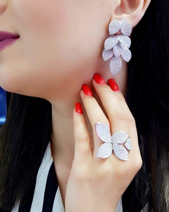 Lacin Ticaret Merkezi Xalqlar On Instagram Dunyanin Butun Sergilerinden Getirilmis Qizil Briliyant Zi Jewelry Diamond Dreams Stud Earrings