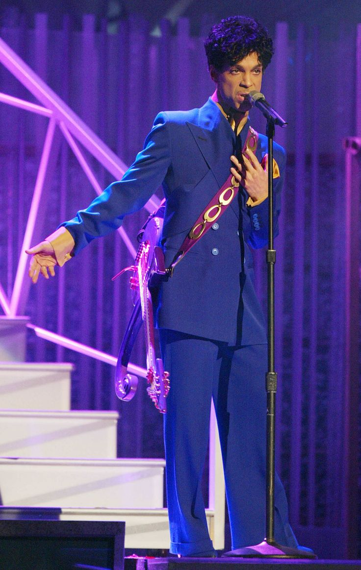 Thumbnails Prince LookBook February 8, 2004  Where: At the Grammy Awards in Los Angeles, California.  Photo:     Frank Micelotta/Getty Images
