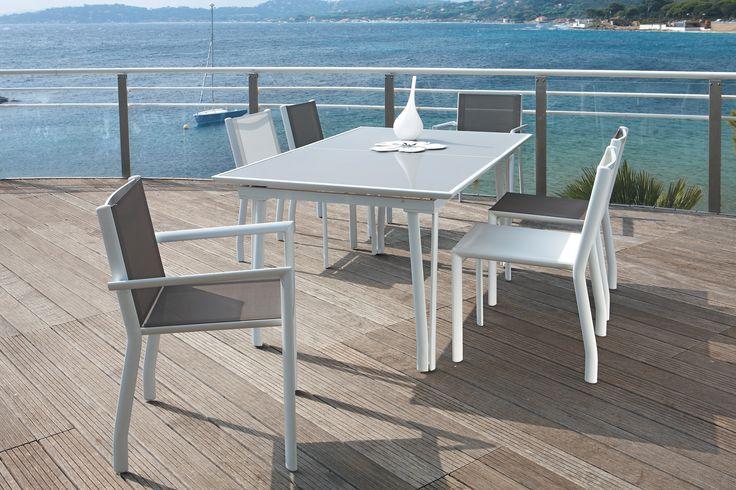 #Beaureal, avec ses tables et chaises #Littoral, séduit une fois de plus, les amateurs de simplicité, pour qui le blanc est la couleur des vacances.