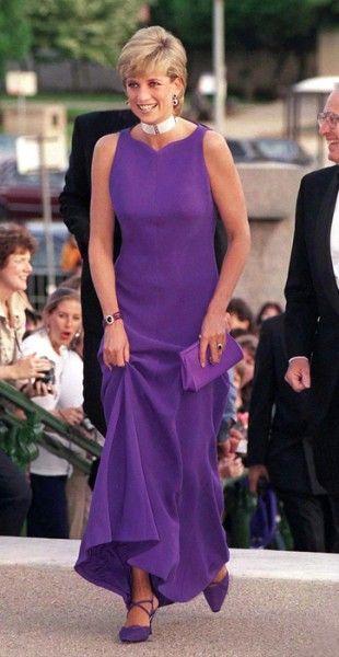 Princesa Diana de Versace e sapatos Jimmy Choo em um jantar de gala no Field Museum, em Chicago, em 1996