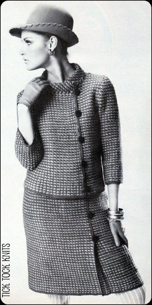 Vintage PDF gehaakt patroon om een vrouw Afghaanse steek plaid, asymmetrische jas en rok. Mooi op maat gesneden ontwerp omvat een stand-up kraag, 3/4 mouwen, uit het midden knop sluiting en plooi detail op rok. J. gewerkt in sport gewicht garen op een 14 Afghaanse haaknaald, grootte  Aanwijzingen zijn voor ongevallen vintage maten 10, 12, 14, 16 en 18  Voor vrouwen met de volgende metingen van de lichaam- Bust: 31, 32, 34, 36 en 38 Hip: 33, 34, 36, 38 en 40  U moet Adobe Reader (of een…