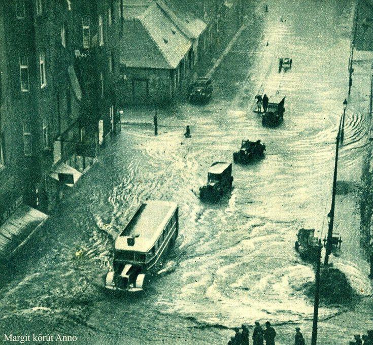 1937.05.23 Margit körút. Jobbról a Zárda u. felől (Rómer Flóris) zúdul le a víz egy nagy eső után illetve tör fel a csatornából