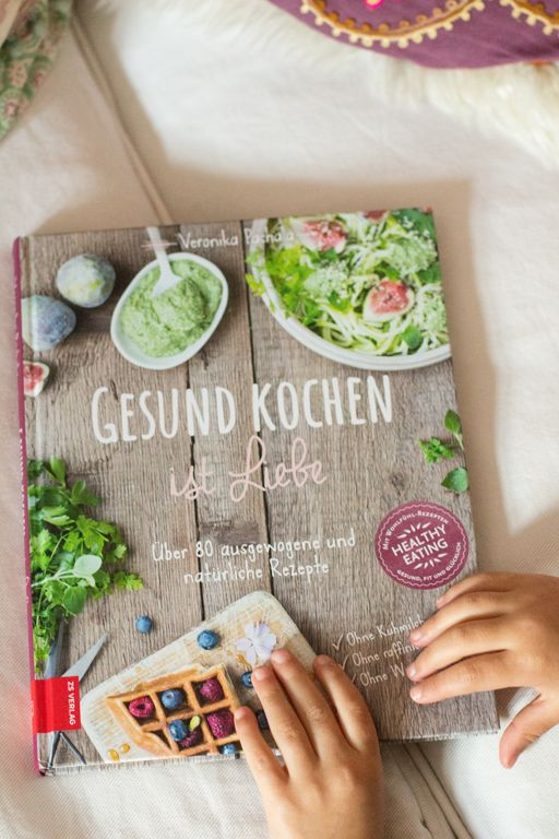 Gesund kochen ist Liebe -- das Kochbuch zum Blog 'Carrots for Claire' http://www.carrotsforclaire.com/2015/10/03/mein-buch-ist-da-und-fuer-euch-daraus-mein-geliebter-last-minute-apfelkuchen/