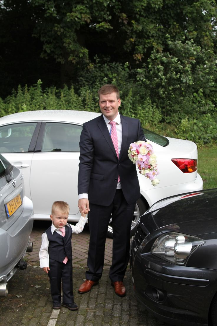 Vader en zoon, hoe romantisch is dit. Als ze je samen komen ophalen. Bruidegom met bruidsjonker met een kostuum en pakje in dezelfde stof. Uiteraard is het bruidsjonkerpakje gemaakt bij Corrie's bruidskindermode. Trouwen, bruiloft, huwelijk, bruidskinderen, bruidegom. bruidskindermode.nl