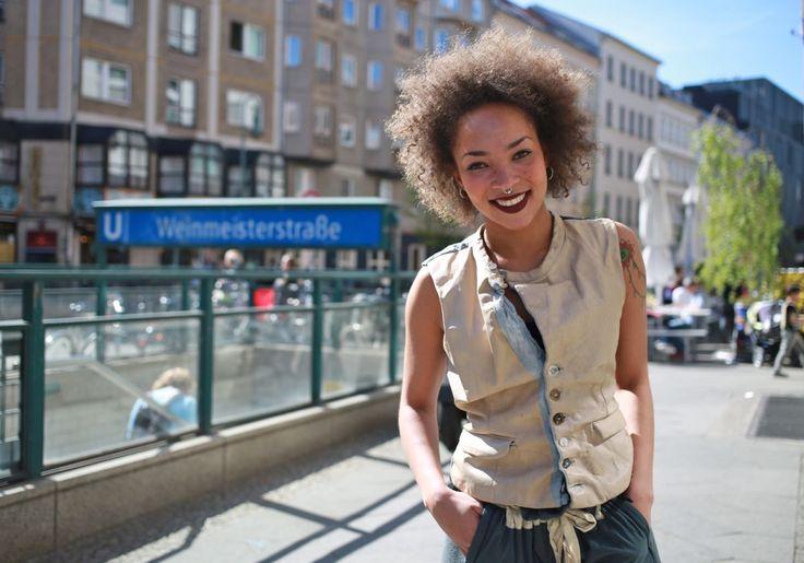 気持ちよく空が晴れた日のこと。ベルリンの地下鉄の駅を降りたところで、ちょっと怖そうなお姉さんに遭遇。鼻からピアスを、肩から蛇と梵字のタトゥーをのぞかせてるのは、ハンドメイドブランド「WONDROUS」のショップでストアマネージャーを務めるThakaneさん。スナップ撮影をお願いしたら、休憩中にも関わらず飛び切りの明るい笑顔で快く応じてくれました。名前:Thakane Bazill (23)職業:store manager(WONDROUS)居住地:Mitte■撮影者プロフィー...