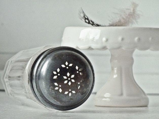 Alter stilvoller Zuckerstreuer mit silbernen Deckel, der mit einem schönen filigranen Lochmuster verziert ist. Der Glaskörper ist aus Bleikristall mit stilvollen Facettenschliff. Altersbedingte...