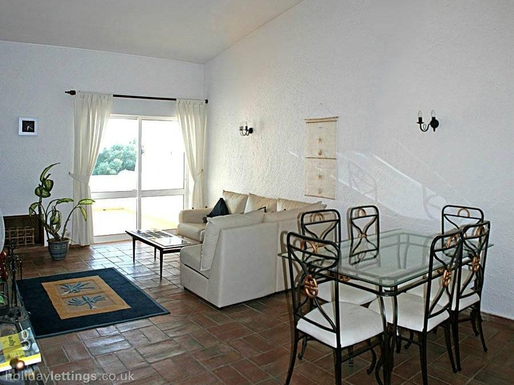 2 bedroom townhouse in Carvoeiro to rent from £300 pw. With balcony/terrace, log fire and DVD.