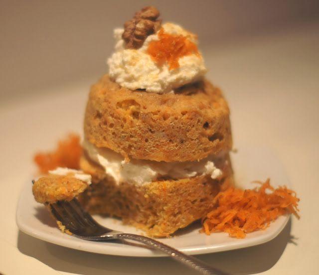 Samolubne ciasto marchewkowe light z mikrofalii: mąka kokosowa, mąka, marchewka, 1/4 rozgniecionego banana, łyżka jogurtu, serek, mąka kokosowa, aromat waniliowy