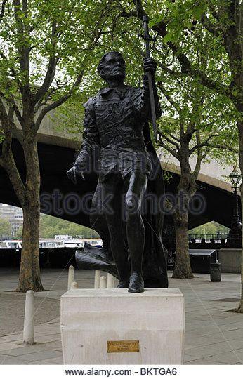 Socha Sir Laurence Olivier jako Hamlet mimo Národního divadla, South Bank, Londýn, Anglie, Velká Británie - Obrázek