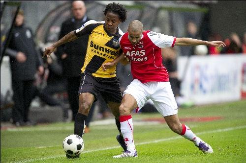 Milano Koenders in duel met Poulsen. NAC hield de koploper van de Eredivisie op 0-0 in Alkmaar. Daarmee leverde de ploeg van Karelse een prima prestatie. In de tweede helft kreeg NAC zelfs nog de beste kansen op een doelpunt. Keeper Ten Rouwelaar was de uitblinker aan de kant van NAC. 18-03-2012