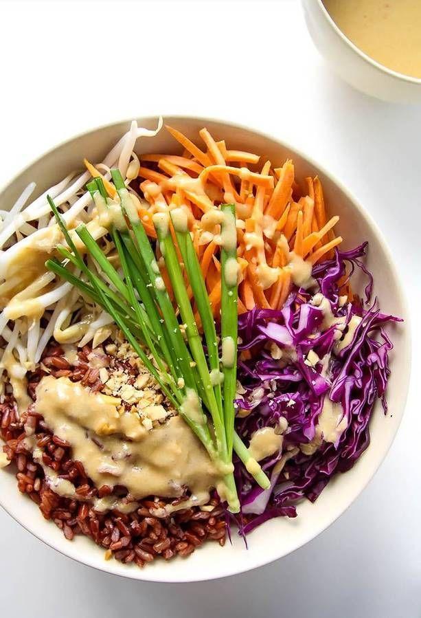 Riz rouge + pousses de soja + carotte + chou rouge + ciboulette + cacahuètes sauce : lait de coco + beurre d'arachide + vinaigre de cidre + juile de sésame + pâte de curry + sauce soja