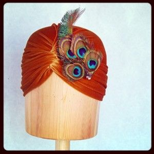 Turbante de terciopelo dorado y pluma de pavo Luisa Gala