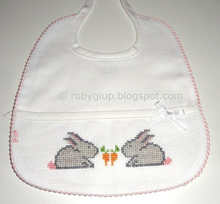 RobyGiup handmade: bavaglino ricamato a punto croce con due coniglietti - Cross-stitched bib with two bunnies #bib #baby #gift #cross-stitch #bunny