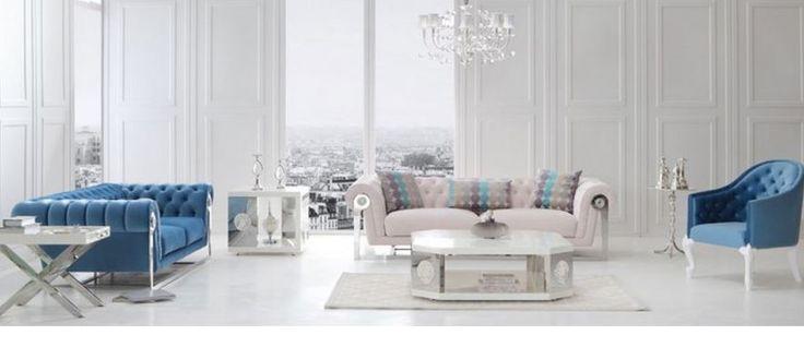 Mavi ve bej renklerinde koltuk takımlarının tasarımları, modern ve gösterişli bir salon için oldukça ideal görünüyor. Koltuklardaki çektirme düğmeler ve p kolluklar hoş detayları olu�