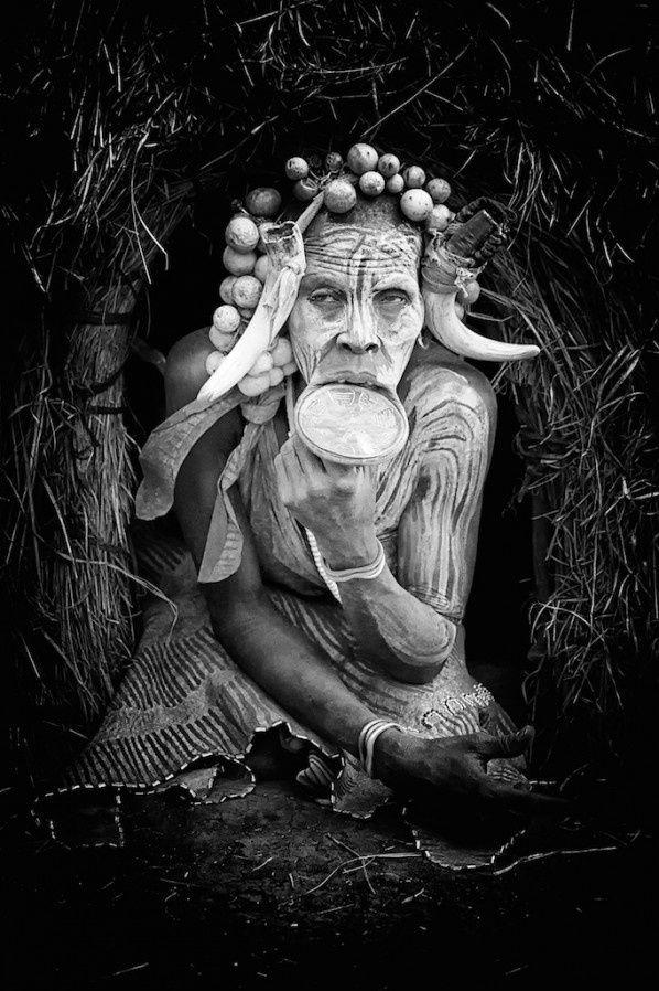 A fotógrafa belga Nicole Cambre escolheu esta imagem de um mulher Mursi, grupo étnico da Etiópia
