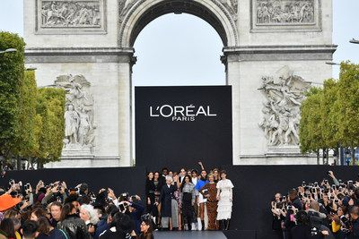 """Primer desfile de moda y belleza de L'Oréal Paris en los Campos Elíseos   PARÍS Octubre 2017 /PRNewswire/ - """"Le Défilé L'Oréal Paris"""": Revivir el primer desfile de moda y belleza de la marca en los Campos Elíseos El 1 de octubre L'Oréal Paris presentó una pasarela de moda y belleza única en los Campos Elíseos la avenida más famosa del mundo: un evento sin precedentes con el apoyo de la ciudad de París. Esta fue una oportunidad extraordinaria para los parisinos para acceder a las tendencias…"""