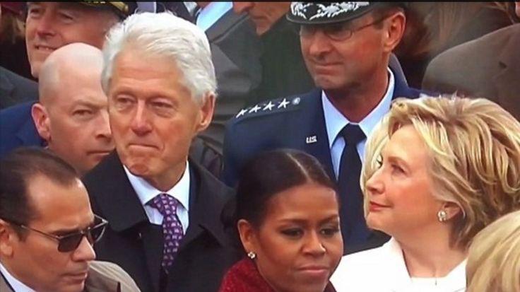 L'ancien président démocrate, contrairement à son épouse, avait le sourire aux lèvres lors de l'arrivée de Donald Trump à la Maison Blanche. Seul souci : il n'avait pas prévu que son épouse le surprendrait... et qu'elle ne serait pas contente.