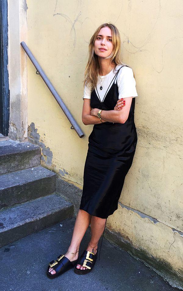 Pernille Teisbaek usa slip dress preto com t-shirt branca e birkenstock