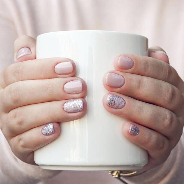 Trendige Nail Arts für stabile und lange Fingernägel gibt es in Massen. Doch endlich gibt es auch einen wunderschönen Trend für kurze Fingernägel.