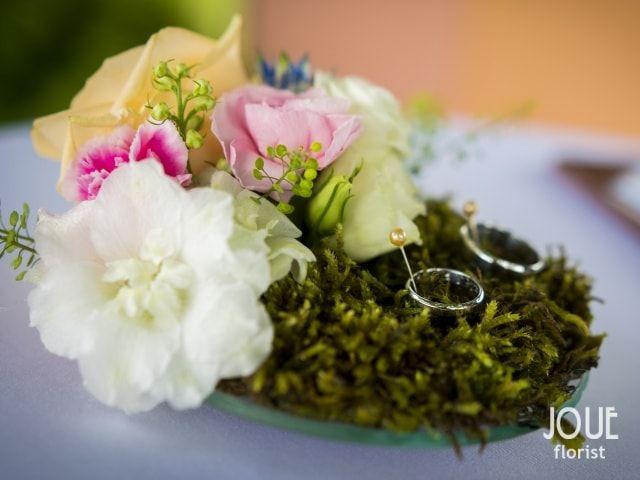 Malá letní svatba v přírodě, květinový polštářek na prstýnky