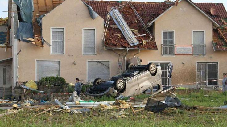Wetter: Unwetter in Süddeutschland: Hier hat ein Tornado ein Dorf verwüstet -  Ein Bild aus den USA? Nein: aus Affing, Landkreis Aichach. Die Reihenhäuser sind schwer beschädigt http://www.bild.de/news/inland/wetter/tornado-verwuestet-dorf-in-bayern-40948558.bild.html