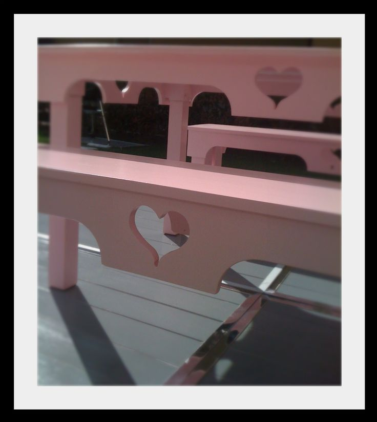 Tavolo e panche da giardino rosa