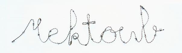 le travail de Yazid Oumab sur l'écriture est  marqué par l'œuvre Mektoub qui en un seul mot symbolisant la force du destin. Il tente de capter l'essence de la culture et de la nature humaine.   Cette édition de la Galerie LOFT à 8 exemplaires, reprend les travaux de l'artiste en fil barbelé alors sublimés par une réalisation en fils d'inox poli qui lui apporte une brillance et une pérennité nouvelle.  DESCRIPTION Sculpture - Métal