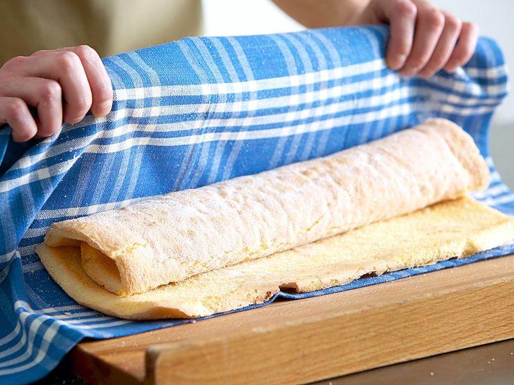Wie bekommt die Teigplatte die Kurve? Wir haben sieben goldene Regeln fürs Biskuitrolle backen aufgestellt, mit denen der Klassiker garantiert gelingt!