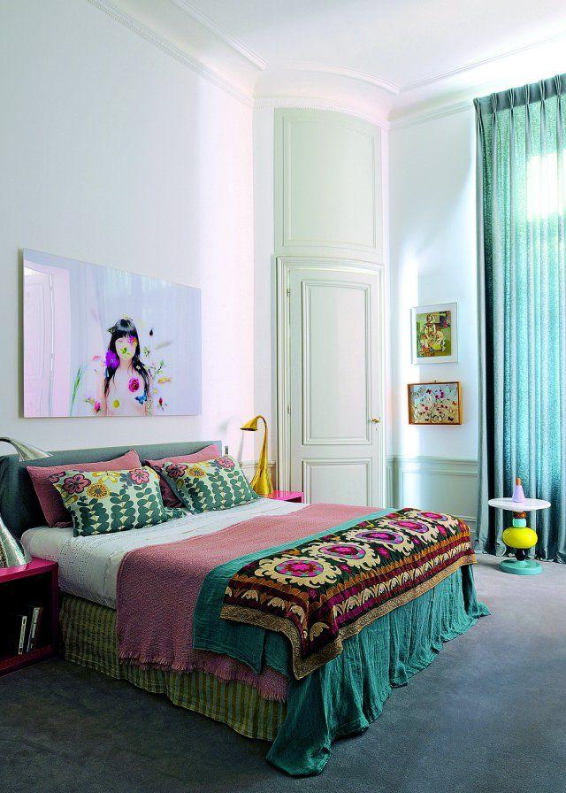 Du vert émeraude, du rose ancien, des beaux imprimés : un style bohême qui contraste joliment avec le classicisme de l'architecture de la chambre.