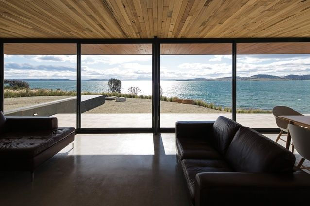 The roof and floor plate form parallel planes that frame the views in the living and dining areas.