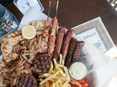 Με το mix grill του zahouli η απόλαυση είναι για τέσσερις . Περιέχει: καλαμάκια χοιρινά καλαμάκια κοτόπουλο μπιφτέκι γαλοπούλα γύρο χοιρινό λουκάνικα κεμπάπ γύρο κοτόπουλο πίτες πατάτες ντομάτα κρεμμύδι τζατζίκι και την σως Zahouli .  Για περισσότερα χορταστικά πιάτα δείτε το menu μας.  Γι αυτό Ξανά και ξανά Zahoulis  #happymeal #zahoulisglyfada #zahoulisargyroupoli #foodlover#souvlaki Κονδύλη Γεωργίου 7 Γλυφάδα Δευτ-Κυρ 12:00 πμ - 01:00 πμ 30 210 8942343  Γερουλάνου 54 Αργυρούπολη Δευτ-Κυρ…
