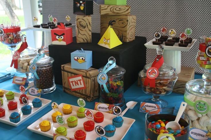 Mesa de dulces y golosinas para una fiesta de angry birds - Mesas para buffet ...