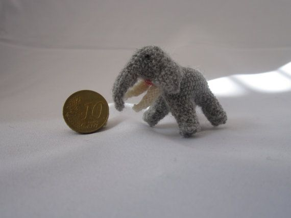 This cute little elephant was made by hand. Using the material wool. Also available upon request. Made by the pattern of Buttercup Miniatures /