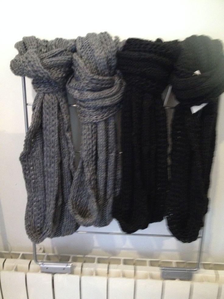 cuellitos de lana en gris y negro