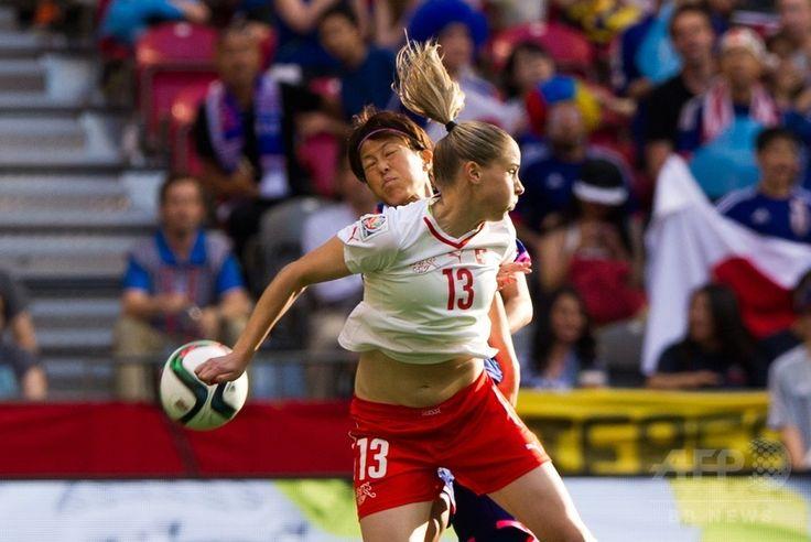 女子サッカーW杯カナダ大会・グループC、日本対スイス。スイスのアナ・マリア・チェルノゴルチェビッチ(手前)とボールを競る有吉佐織(2015年6月8日撮影)。(c)AFP/Getty Images/Rich Lam ▼9Jun2015AFP|宮間のPKで日本がスイスに勝利、女子サッカーW杯 http://www.afpbb.com/articles/-/3051099 #2015_FIFA_Womens_World_Cup #Ana_Maria_Crnogorčević #Ana_Maria_Crnogorcevic #Saori_Ariyoshi #有吉佐織