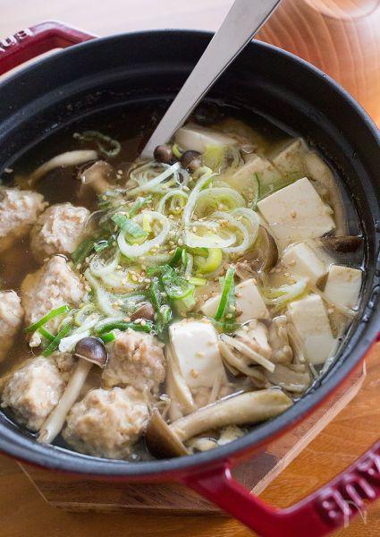 寒い日にホッと温まるような肉団子スープ。  秋らしくきのこたっぷり、具だくさんのスープがあれば、他のおかずがなくても十分!    昆布と豚肉、きのこなどのお出汁だけで美味しいスープが作れますよ。