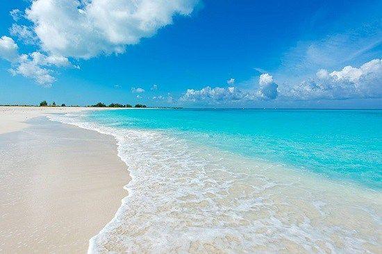 カリブ海、イギリス領タークス・カイコス諸島北西部に浮かぶ「プロビデンシアレス島」。旅行口コミサイト・トリップアドバイザーから発表された「世界のベストアイランド2015」でも堂々の第1位を獲得した注目のリゾートアイランドです。タークス・カイコス諸島は40の島々から形成されていますが、そのほとんどが無人島で、人が生活しているのはたった8島のみ。その中のひとつが穏やかな雰囲気が溢れる癒しの島「プロビデンシアレス島」です。