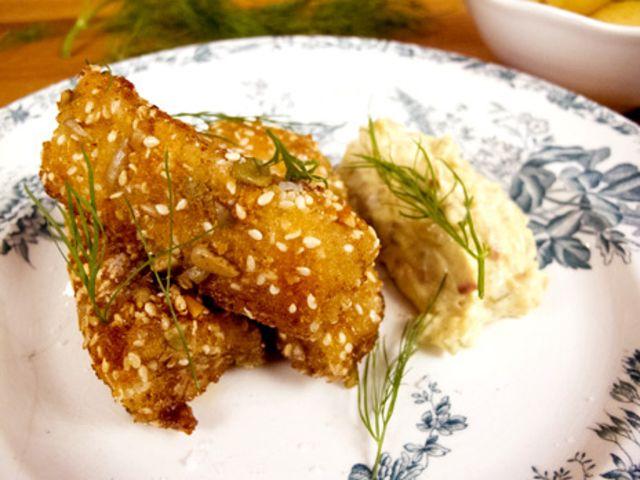 Hemlagade fiskpinnar med currysås (kock Tommy Myllymäki)  http://www.recept.nu/tommy-myllymaki/varmratter/fisk-och-skaldjur/hemlagade-fiskpinnar-med-currysas/