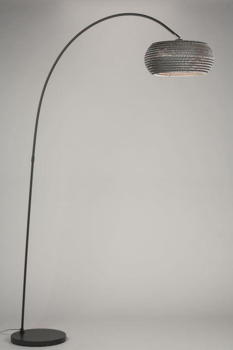 Art 10684 Zeer bijzondere booglamp uitgevoerd in een kleurencombinatie van grijs en antraciet. Het armatuur is gemaakt van metaal en heeft een matte, donkergrijze kleur. De kap valt op door zijn bijzondere uiterlijk. De kap is namelijk gemaakt van verschillende lagen karton. http://www.rietveldlicht.nl/artikel/vloerlamp-10684-modern-antraciet_donkergrijs-staalgrijs-metaal-rond