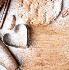 Η κανέλα είναι ένα γλυκό μπαχαρικό το οποίο κάνει εξαιρετικό ντουέτο με δύο ακόμα υλικά: το βούτυρο και την κρυσταλλική ζάχαρη. Αν τα ενώσετε αυτά όλα μαζί, θα έχετε τα θεϊκότερα και πιο τραγανά μπισκοτάκια κανέλας, στα οποία σίγουρα δεν μπορείτε να σταματήσετε στο πρώτο