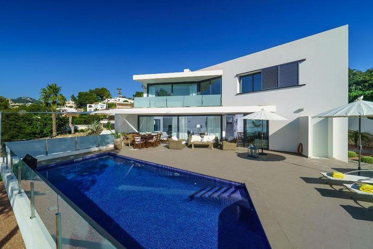 Villa bonita y de lujo con piscina privada en Moraira, en la Costa Blanca, España para 6 personas. La villa está situada en una zona playera, a 3 km de la playa de Playa de Moraira, a 0,5 km de Cala Baladrar y 1,5km de Cala Abogat.