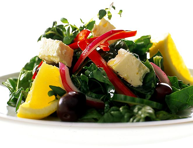 Grekisk sallad på färsk bladspenat | Recept.nu