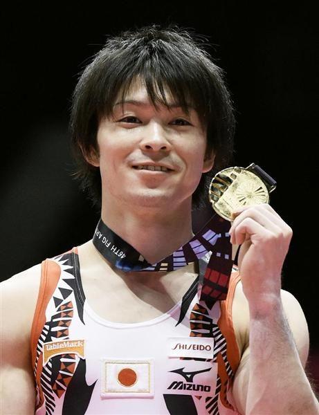 体操の世界選手権男子個人総合で6連覇を達成し、金メダルを手に笑顔の内村航平=30日、英グラスゴー(共同)