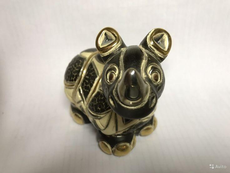 """Статуэтка """"детеныш носорога""""   Коллекция:De Rosa Rinconada  СтранаУругвай  Размеры8x9  Материалкерамика, эмаль, золотое напыление"""